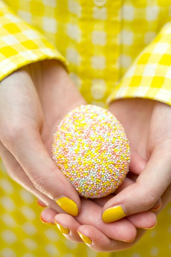 Ostern eier bemalen bunt garn frisch gebäckstangen gelb