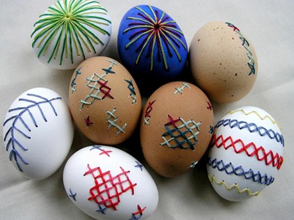Ostern eier bemalen bunt garn muster kreuz