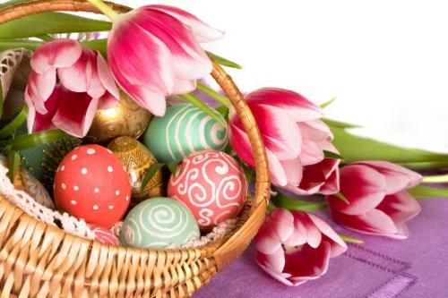 Osterkorb selbst basteln gelb blüten tulpen weiß rosa