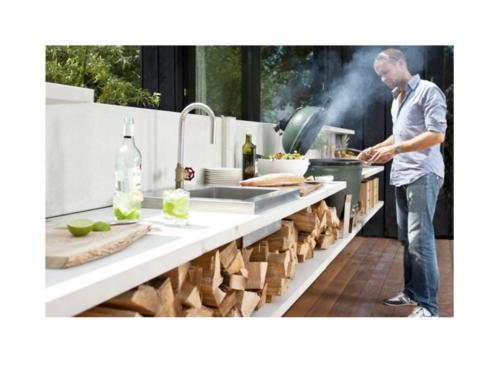 Outdoor Küche im Außenbereich brennholz arbeitsplatte