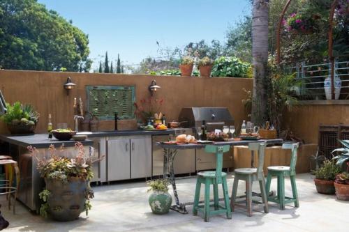 Outdoor Küche im Außenbereich holz hocker blumentöpfe