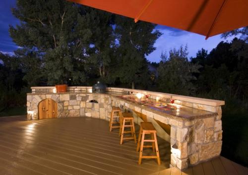 Outdoor-Küche-im-Außenbereich-naturstein-hocker-holz