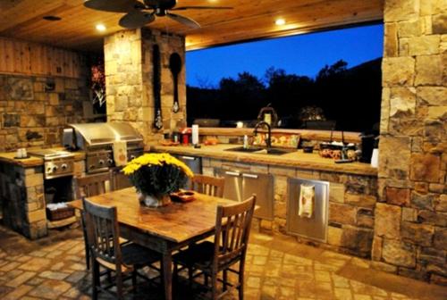 Outdoor Küche mit Grill holz tisch stühle