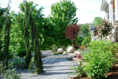 Prächtige Gartengestaltung gras pflanzen architektur
