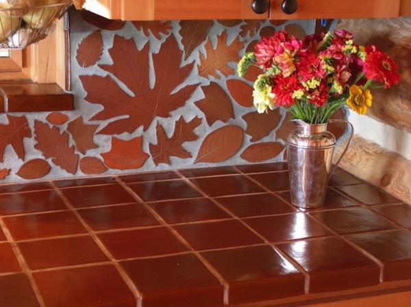 eigenartige Küchenrückwand braun orange herbstblätter