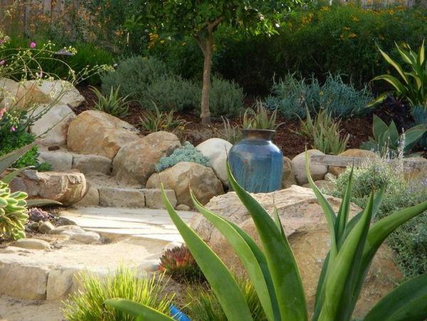 attraktive Landschaft im Garten bodenvasen antik authentisch