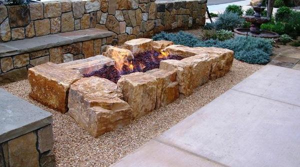 Schöne Landschaft im Garten flusssteine feuerstelle sitzbank
