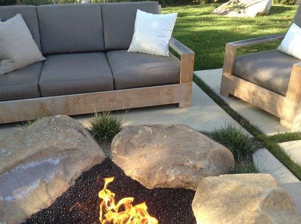 Schöne Landschaft im Garten flusssteine feuerstelle