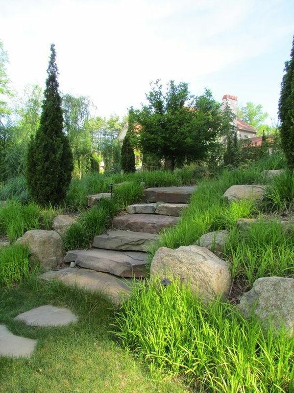 schöne Landschaft im Garten flusssteine kiesel stufen