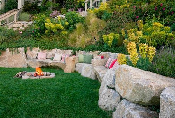 landschaft im Garten flusssteine rand feuerstelle