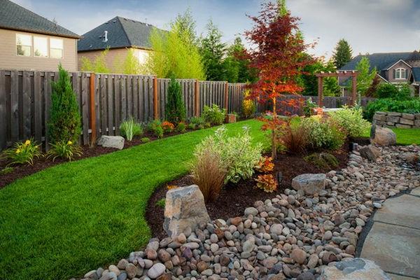Schöne Landschaft im Garten fußweg gras statt erdboden