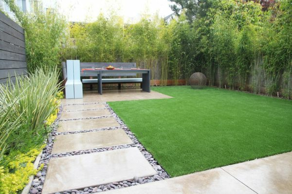 Schöne Landschaft im Garten fußweg gras sitzbank natürlich