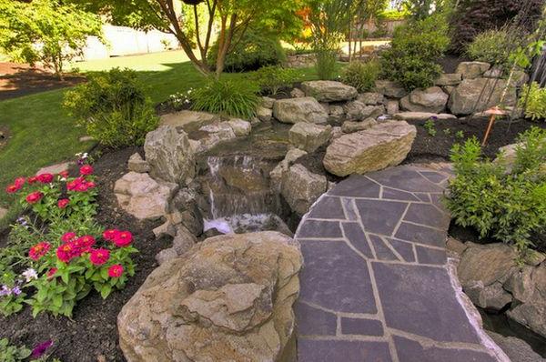 Schöne Landschaft im Garten kieselsteine flusssteine fußweg