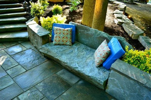 Schöne Landschaft im Garten sitzbank steine kissen