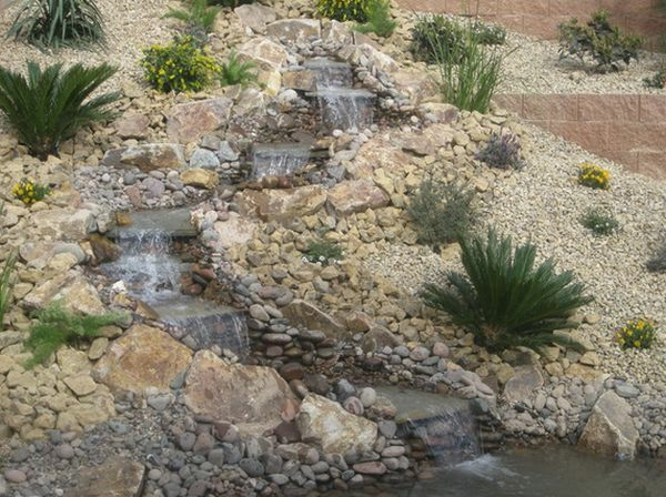 Schöne Landschaft im Garten wasserfall pflanzen