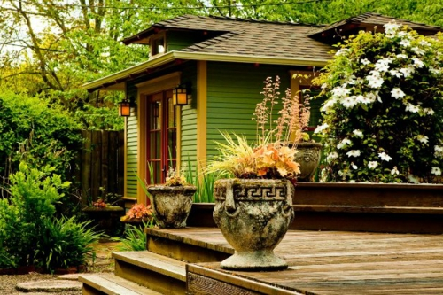 Schöner Garten arrangiert gemustert stein blumentopf bodenbelag