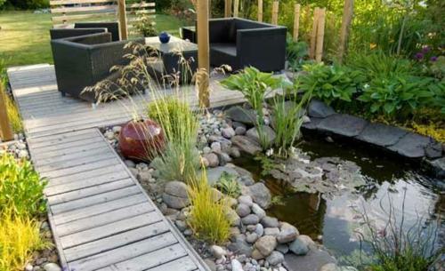 cooler Garten elegant arrangiert wasseranlage  steine
