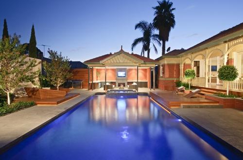 Schwimmbad ideen garten bäume dekorativ palmen
