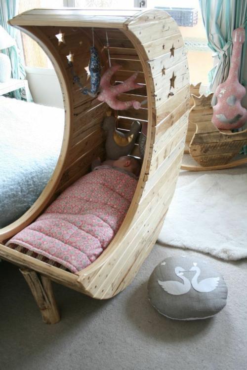 babybett europaletten holz basteln idee märchenhaft ergonomisch