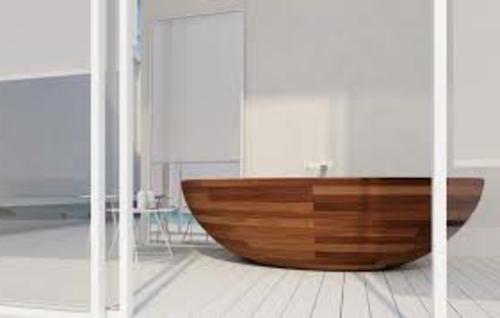 badewanne-dunkel-lackiert-holz-design-idee