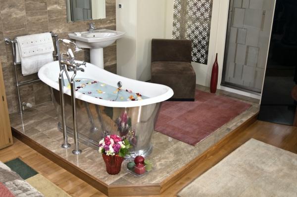 Romantisches Design mit einer Badewanne im Schlafzimmer