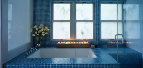 badezimmer romantische beleuchtung im bad badewanne angezündete karzen