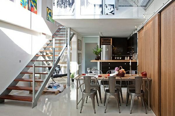 esszimmer esstisch mit stühlen treppe geländer transparent