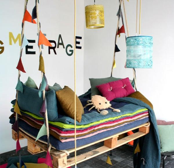europaletten holz paletten möbel bastelideen DIY cool modern schaukel bunt