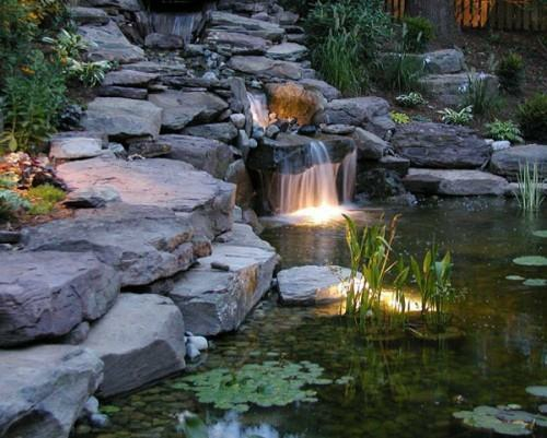 Dekorativer Wasserfall Mit Einem Kleinen Teich Stockfoto Bild