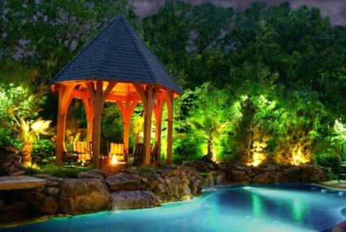gartenbeleuchtung tipps ideen nachtsüber strahler pool gartenlaube