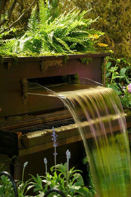 gartenmöbel ideen außenmöbel künstlerisch altes klavier wasserfall