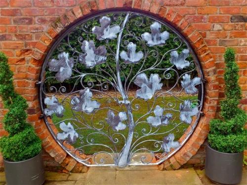 gartenmöbel ideen wand ziegelwand zaun deko florale muster