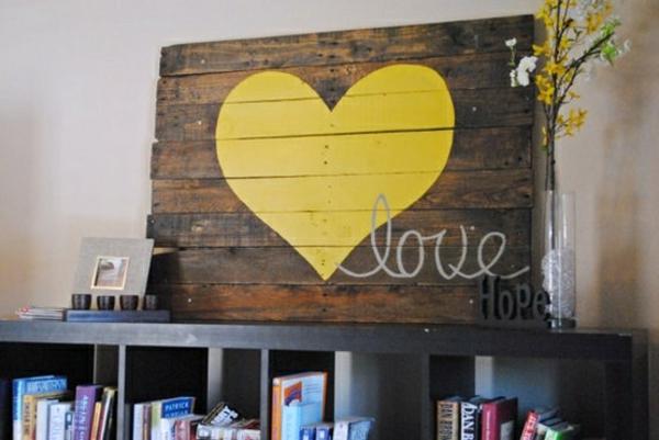 holz paletten möbel selbst basteln DIY ideen gelb herz