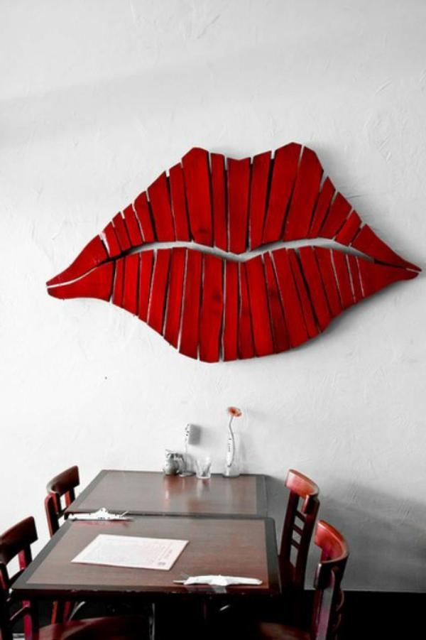 holz paletten möbel selbst basteln DIY ideen kuss wand