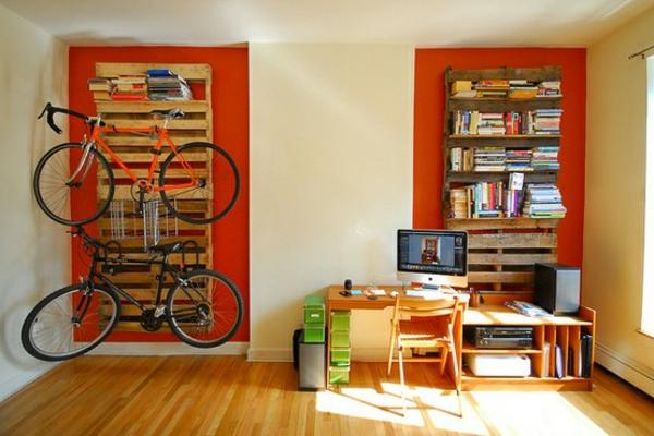 paletten ideen wohnzimmer:Kleines Tischchen auf Rollen für nützliche Alltagsgegenstände