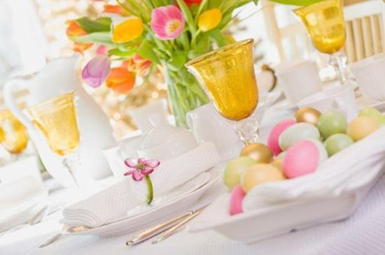 ideen osterdeko tischdeko bunt ostereier besteckm gläser blumen tulpen