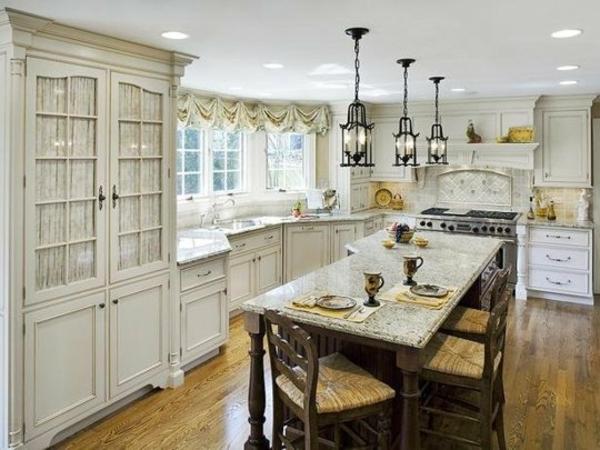 ikea-küchenschrank-tisch-und-stühle-pendelleuchte-fenstergardinen