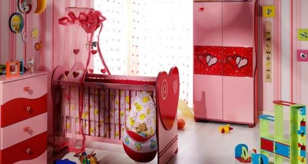 kinderschrank rot rosa liebevoll farbkombination gardinen