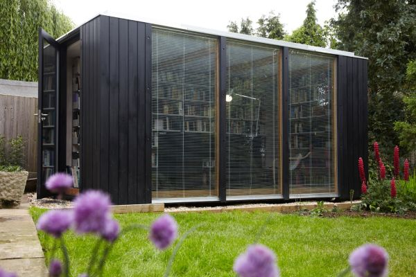 kubus gartenhaus dient als hausbibliothek. Black Bedroom Furniture Sets. Home Design Ideas