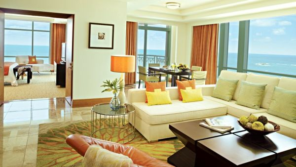 luxus hotelzimmer gelbe kissen