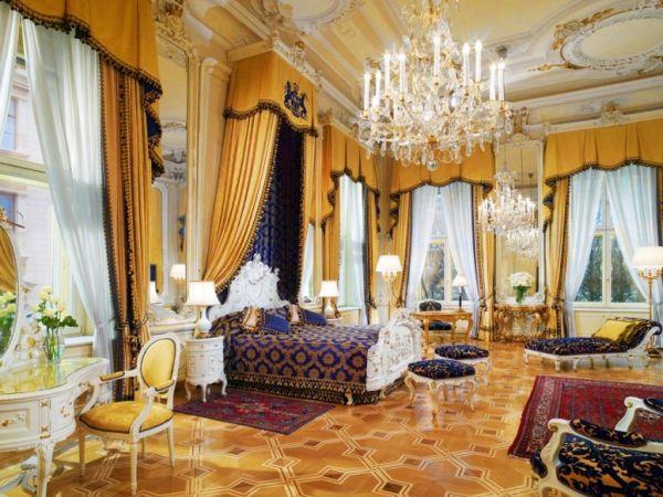 luxus hotelzimmer kronleuchter interessanter schreibtisch
