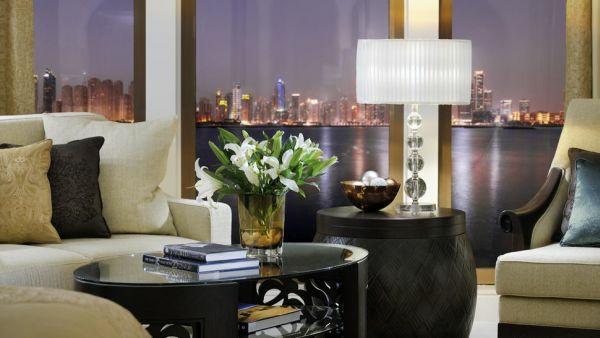 luxus hotelzimmer weiße stehlampe