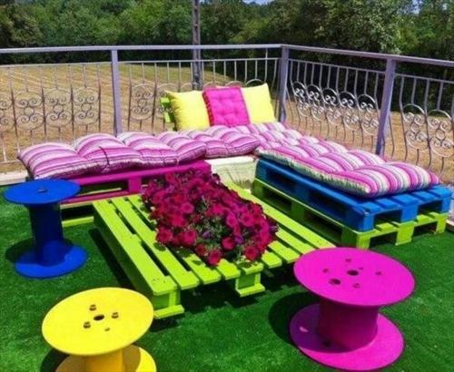 möbel aus paletten bunte couch beistelltisch hocker