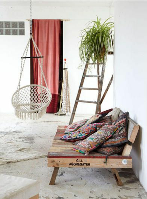 möbel aus paletten couch kissen folkloremuster