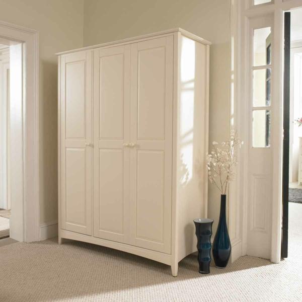 klassischer weißer Kleiderschrank im Schlafzimmer groß genug