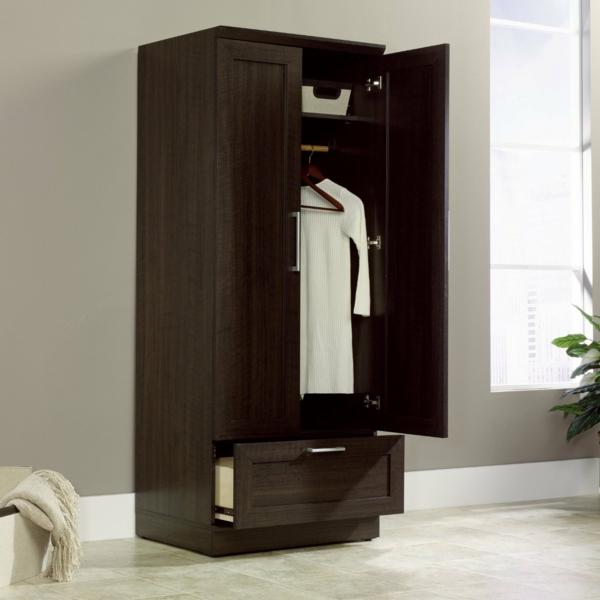 großer Kleiderschrank im Schlafzimmer kompakt dunkel lack
