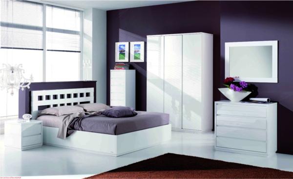 dunkle wandgestaltung lila massiver Kleiderschrank im Schlafzimmer möbel