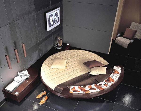 moderne garderobe im Schlafzimmer  rund bett braun beige
