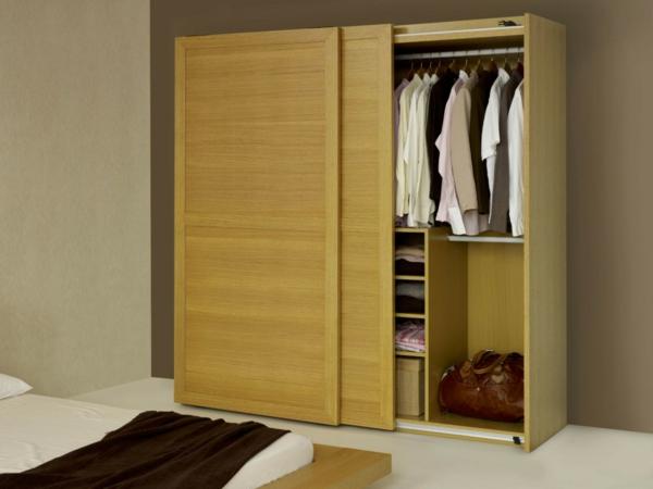 schiebetüren holz massiver Kleiderschrank im Schlafzimmer