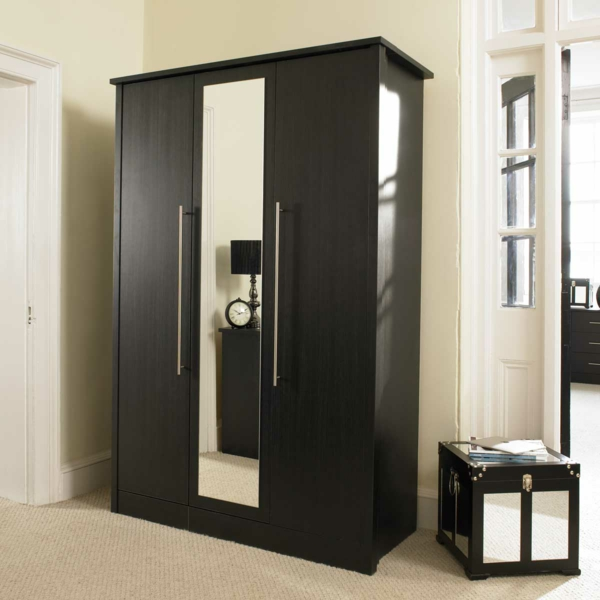 Massiver kleiderschrank im schlafzimmer die beste for Garderobe exterior